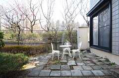 庭にはカフェテーブルが置かれています。(2016-03-03,共用部,OTHER,1F)