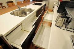 キッチンにある収納の様子2。(2011-03-25,共用部,KITCHEN,1F)