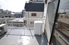 ベランダの様子。洗濯機が設置されています。(2011-03-25,共用部,OTHER,4F)