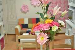 花がパッと空間を明るくしています。(2014-05-20,共用部,LIVINGROOM,1F)