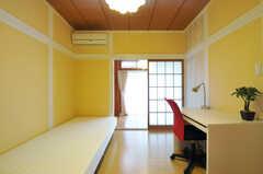 専有部の様子2。奥の部屋も専有スペースです。(205号室)(2012-05-25,専有部,ROOM,2F)