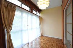 専有部の様子3。掃き出し窓からベランダへ出られます。(205号室)(2012-05-25,専有部,ROOM,2F)