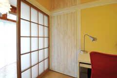デスク脇に押し入れ収納があります。(205号室)(2012-05-25,専有部,ROOM,2F)