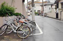 自転車は、階段を降りたところに駐輪します。また、住人用の共用自転車も1台あり。(2012-05-25,共用部,GARAGE,1F)