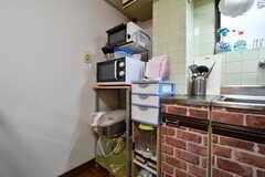 シンク脇には、電子レンジ、トースター、炊飯器が設置されています。(2018-03-16,共用部,KITCHEN,2F)