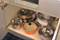 鍋類はヒーターの下に収納されています。(2018-10-09,共用部,KITCHEN,1F)