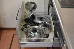鍋類はヒーターの下に収納されています。(2019-06-06,共用部,KITCHEN,2F)