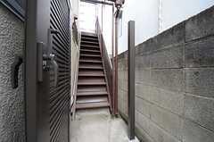 外階段を上って、2Fの専有部へ向かいます。(2016-02-25,共用部,OTHER,1F)