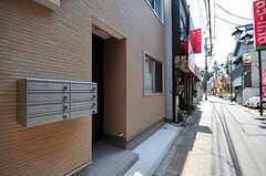 自転車置き場は玄関の右脇です。(2012-07-09,共用部,OTHER,1F)