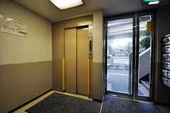 マンション入口にあるエレベーターの様子。(2010-10-12,共用部,OTHER,1F)