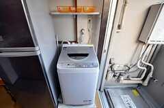 冷蔵庫脇の洗濯機の様子。(504号室)(2010-10-12,共用部,LAUNDRY,4F)