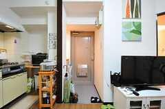 リビングから見た玄関周りの様子。(302号室)(2012-06-26,周辺環境,ENTRANCE,3F)
