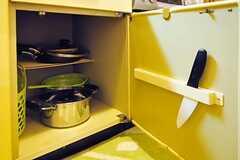 作業台下の収納には調理器具が収納されています。(601号室)(2012-06-26,共用部,KITCHEN,6F)