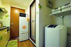洗濯機は玄関のすぐ脇に置かれています。折戸の先はユニットバスです。(601号室)(2012-06-26,共用部,OTHER,6F)