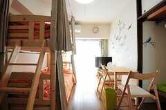 正面の掃き出し窓からベランダに出られます。(601号室)(2012-06-26,専有部,ROOM,6F)