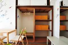 収納の様子。左側はポールハンガーが掛けられています。(601号室)(2012-06-26,専有部,ROOM,6F)