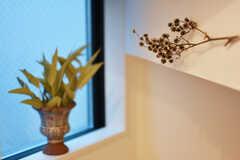 階段にも花瓶やドライフラワーが飾られています。(2019-04-23,共用部,OTHER,1F)