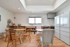 ダイニングテーブルの奥はキッチンです。(2019-04-23,共用部,LIVINGROOM,2F)