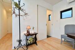 コートハンガー脇のドアはトイレです。(2019-04-23,共用部,OTHER,2F)