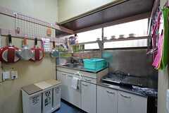 キッチンの様子2。IHクッキングヒーターが2台並んでいます。(2015-12-08,共用部,KITCHEN,1F)