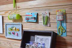 文房具や掃除用具は壁にかけて収納できます。(2016-08-08,共用部,LIVINGROOM,1F)