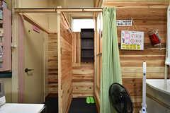 脱衣室はカーテンで仕切られます。左手がトイレです。(2016-08-08,共用部,BATH,1F)