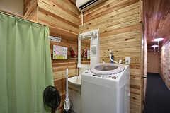 洗濯機と洗面台の様子。(2016-08-08,共用部,LAUNDRY,1F)