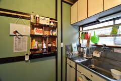 キッチン脇に棚が設置されています。(2017-07-04,共用部,KITCHEN,1F)