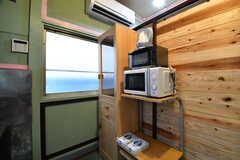 キッチンの対面に収納棚が設置されています。収納棚にはキッチン家電が置かれています。(2017-07-04,共用部,KITCHEN,1F)