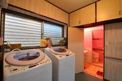 洗濯機が2台並んでいます。奥がトイレです。(2017-07-04,共用部,LAUNDRY,1F)