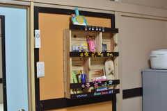 全室、棚にスリッパや乾電池が用意されています。(102号室)(2017-07-04,専有部,ROOM,1F)