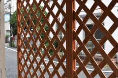 窓の外には、目隠し用にラティスが設置されています。(101号室)(2017-08-02,専有部,ROOM,1F)
