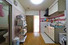 キッチン周辺の様子。正面左手が102号室、右手がダイニングです。(2015-10-22,共用部,KITCHEN,1F)