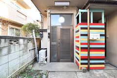 玄関の様子。ドアの脇に共用のポストが設置されています。(2016-12-20,周辺環境,ENTRANCE,1F)