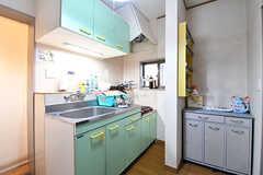 キッチンの様子。キッチン脇は収納棚が設置されています。(2016-12-20,共用部,KITCHEN,1F)