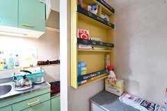収納棚の脇には、調味料が置かれています。(2016-12-20,共用部,KITCHEN,1F)