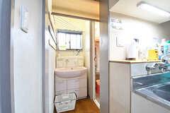 キッチンの脇が脱衣室です。脱衣室には洗面台が設置されています。ロールカーテンで仕切られています。(2016-12-20,共用部,BATH,1F)