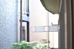 掃き出し窓の先には、物干し金具が設置されています。(101号室)(2016-12-20,専有部,ROOM,1F)