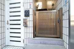 門扉の先、3Fがメインの玄関です。(2015-11-05,周辺環境,ENTRANCE,1F)
