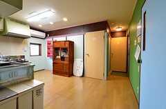 キッチン側から見た玄関周辺の様子。(2015-11-05,共用部,KITCHEN,3F)