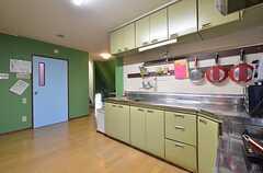 キッチンの様子4。青いドアの先に水まわり設備があります。(2015-11-05,共用部,LIVINGROOM,3F)
