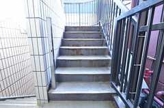 外階段の様子。1Fと2Fの入居者は、外階段を使い3Fのリビングへ行きます。(2015-11-05,共用部,OTHER,2F)