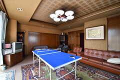 リビングの様子3。卓球台の対面にソファが設置されています。(2017-08-28,共用部,LIVINGROOM,1F)