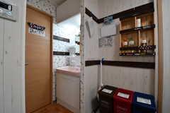 キッチンの対面に棚が設置されています。棚の下にはゴミ箱が置かれています。(2017-08-28,共用部,KITCHEN,2F)