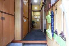 玄関から見た内部の様子。玄関脇が靴箱です。奥は101、102号室専用の収納です。(2016-09-08,周辺環境,ENTRANCE,1F)