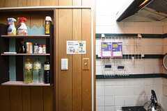 キッチン脇の収納棚の様子。共用の調味料が置かれています。(2016-09-08,共用部,KITCHEN,1F)