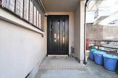 シェアハウスの玄関ドアの様子。(2014-03-24,周辺環境,ENTRANCE,1F)