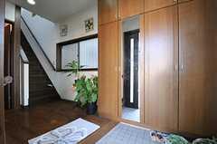 玄関から見た内部の様子。1階にはオーナーさん家族が住んでいて、玄関は一緒に使います。(2014-03-24,周辺環境,ENTRANCE,1F)