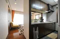 手前にキッチン、奥にリビングがあります。(2014-03-24,共用部,LIVINGROOM,2F)
