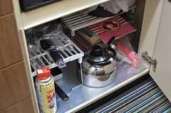 鍋類はコンロの下に収納されています。(2014-03-24,共用部,KITCHEN,2F)